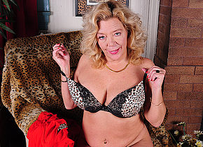 Hot American mature lady pleasing herself